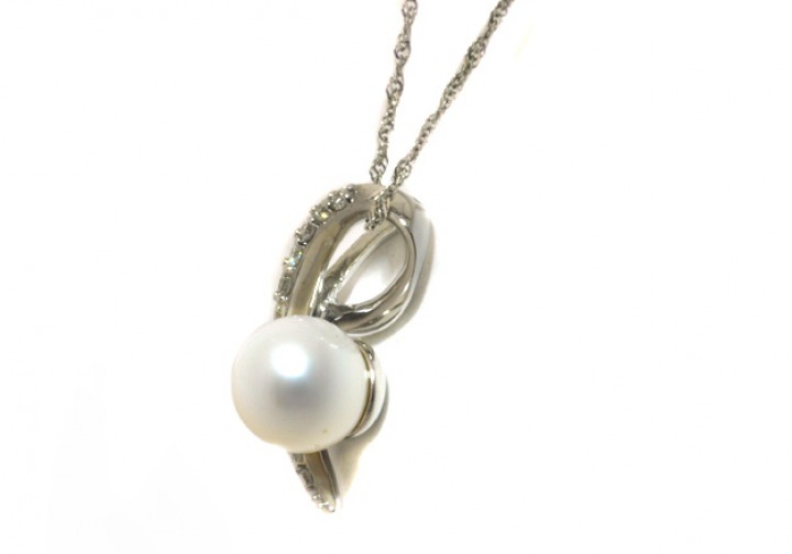 18K White gold pearl and diamond pendant side view